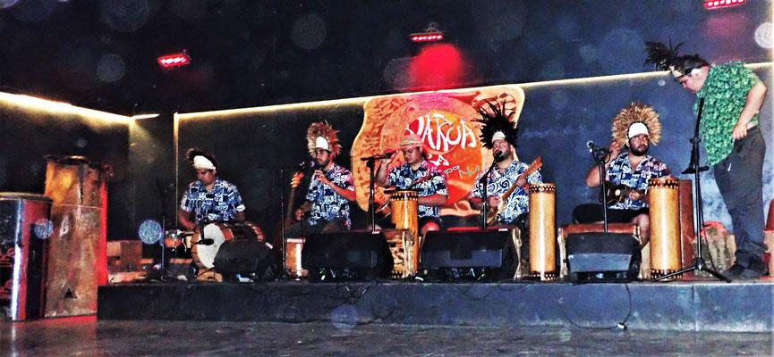 Die Band mit Trommeln und Jukuele.
