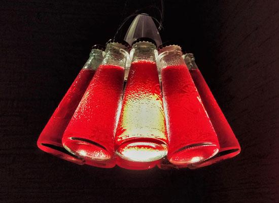 Eine spezielle Lampe in einer Bar.