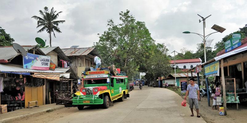 Ein voll beladener Jeepneys.....