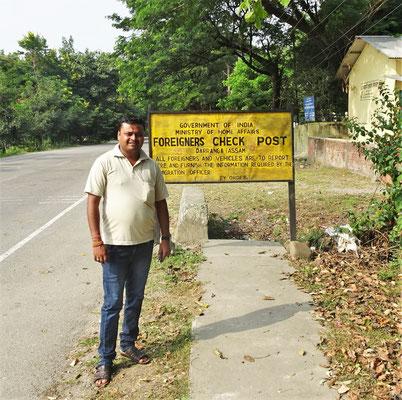 Unser Fahrer Changdra auf indischem Boden