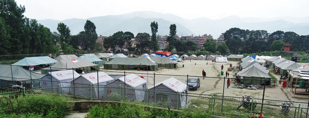 Überlebende im Zeltlager.