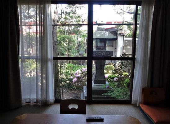 Der Blick vom Wohnzimmer in den Garten.