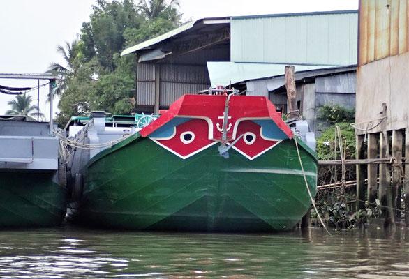 Die Augen die jedes Boot hat........sollte die Krokodile erschreken.