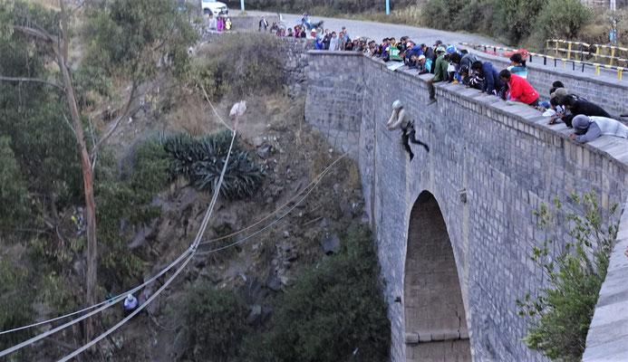 ......sie springt von der Brücke von Chinay.