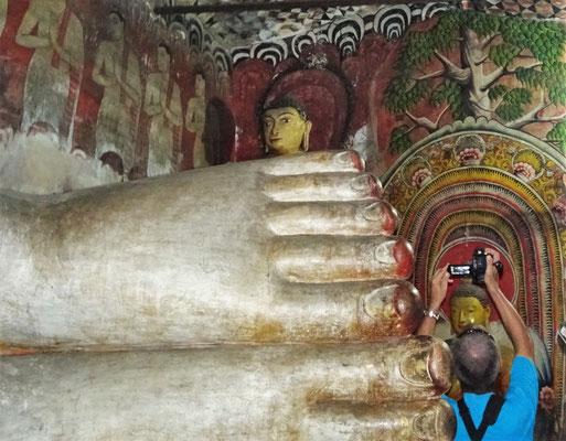 ...15m Buddha mit diesen Statuen...