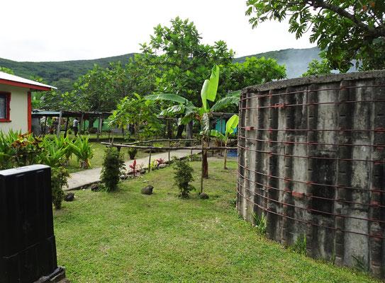 Rechts der Regenwasser Tank für das Trinkwasser.