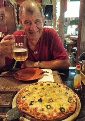 Eine knusprige Pizza mit Bier.......was will man mehr.