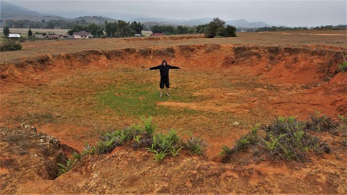 Das ist der Krater einer 6 t Bombe nach 45 Jahren.