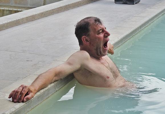 """Ugo beim """"qualvollen"""" eintauchen ins heisse Schwefelwasser..."""