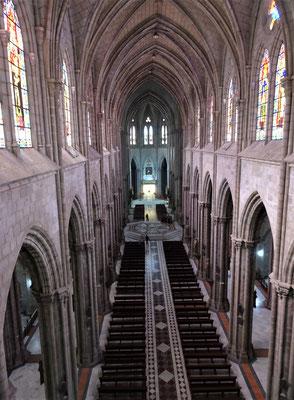 Der Blick von der Empore in die Kirche.....