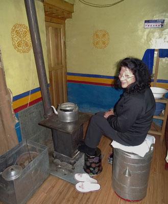 Colette wärmt sich am Zimmerofen auf. (Darchen)