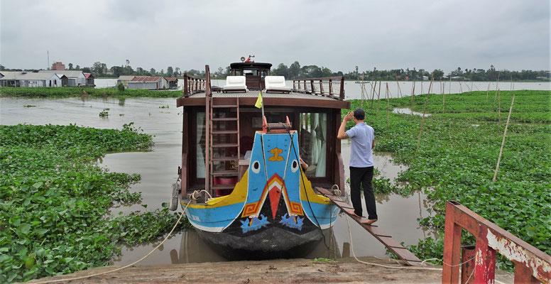 Der schmale Steg zu unserem Boot.