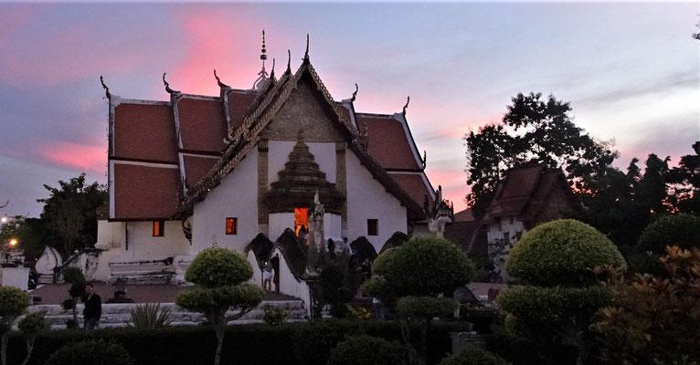 Abendstimmung über dem Wat Phu Min.....