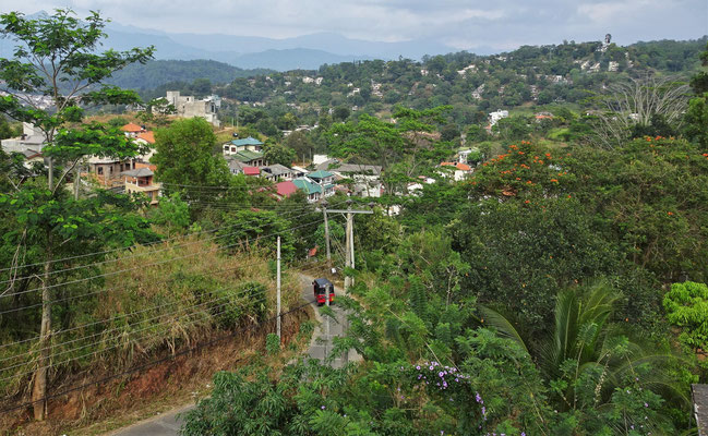 ...dem Blick in die Stadt Kandy.