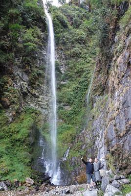 ...Landschaft auch mit Wasserfall.