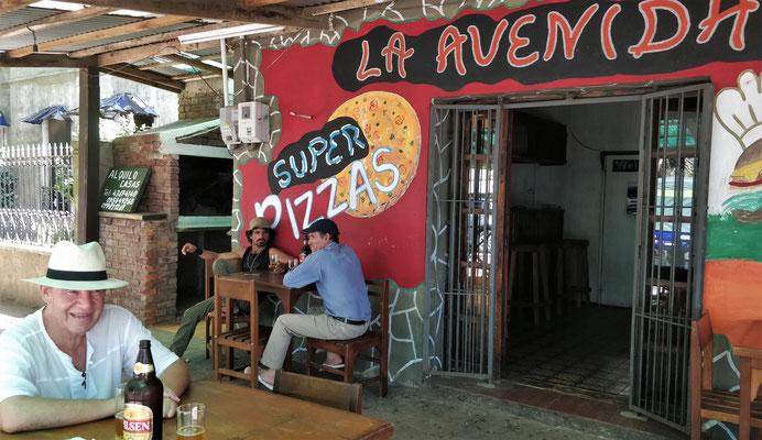 Da assen wir eine Super Pizza.
