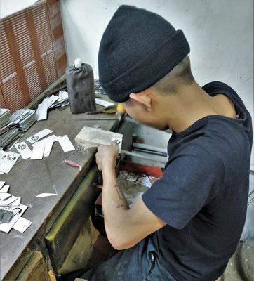 Er sägt Buchzeichen und Geldklammern heraus.