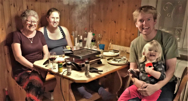 Beim Raclette mit Jacqueline, Nik und Svea.