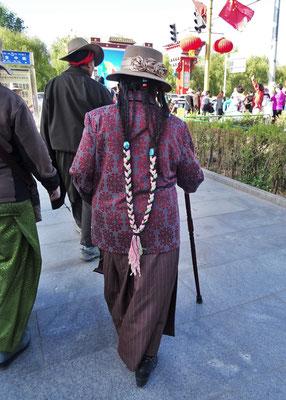 Tibeterin mit Haarschmuck
