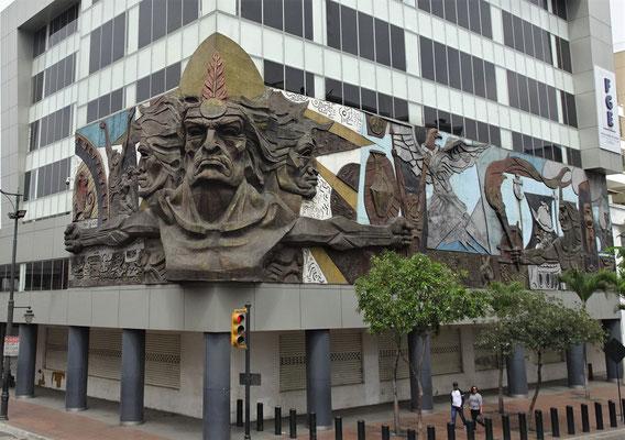 Eine Inka-Skulptur am Gebäude.