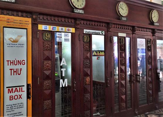 Telefonkabinen wurden zu ATM's umfunktioniert.