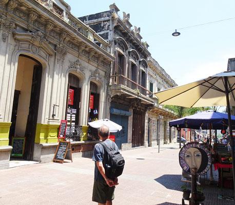 ......mit der alten Markthalle....