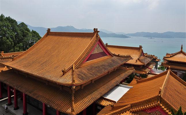Blick über die Dächer auf den See.