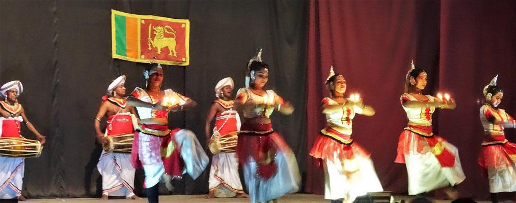 Die Kandy Tänzer bei...