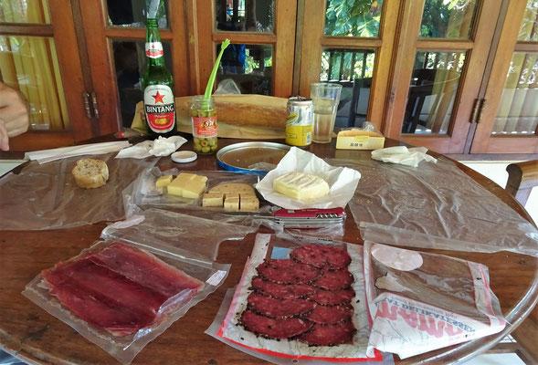 Salami, Schinken, Käse, Oliven und dunkles Brot.....mmmmm....