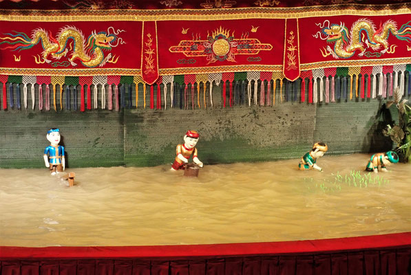 Die Puppen sind im Wasser.