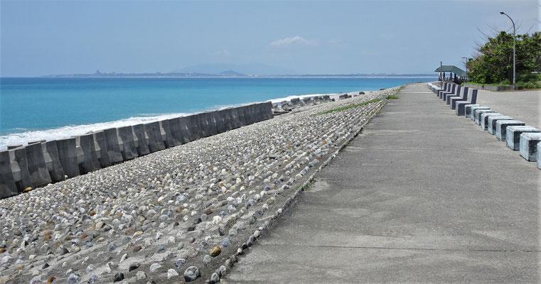 """Die 2 Minuten entfernte Ufer-""""Promenade"""" auf dem Schutzdamm."""