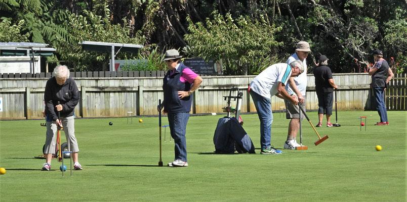 Senioren beim Croquet spielen.