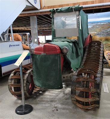 Traktor mit Raupenantrieb.