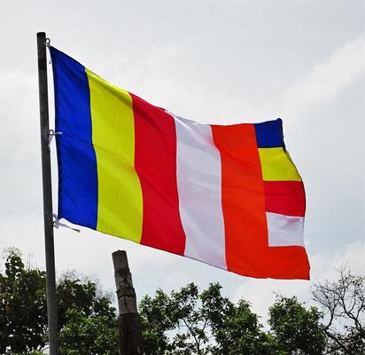 Die Buddhisten Fahne mit ihren 5 Farben.