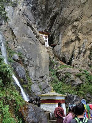 Vorbei an einem Wasserfall....