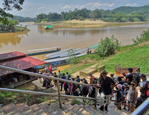Umsteigen auf ein Boot in Kuala Tembeling.