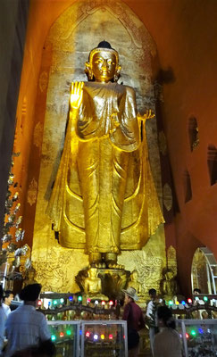 ...mit den 4 grossen Buddhastatuen...