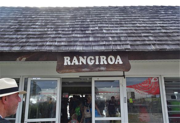 Wir landen in Rangiroa.