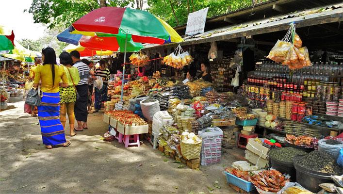Der Markt vor den Höhlen.