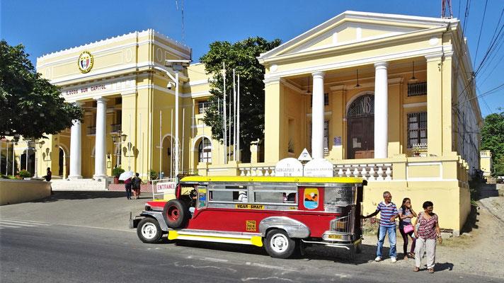 Ein Jeepney vor dem Gemeindehaus.