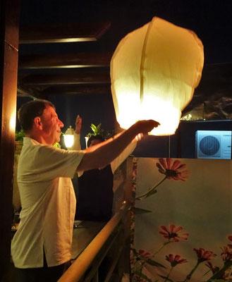 Ugo lies einen Balon steigen...