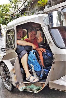 Eingequetscht in ein Tricycle auf dem Weg zum Flughafen.
