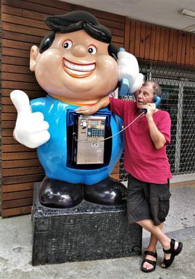 Telefonkabine vor der Post.