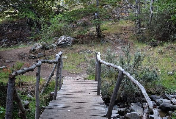 ....über eine Holzbrücke....