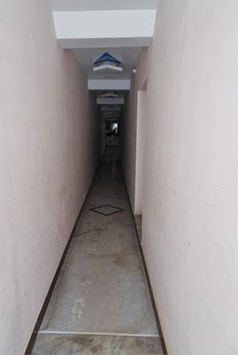 ...dem schmalen Eingang.