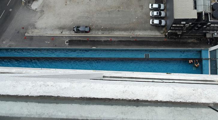 Unser Pool im 9. OG und der leere Parkplatz