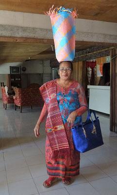Unsere Hotelchefin im traditionellen Festkleid