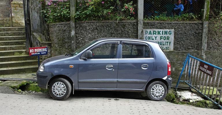Wie hat der parkiert? Vorne und hinten ein Loch und erst noch im Parkverbot.
