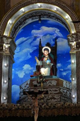 ...dem Altar und den...