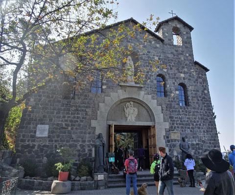 Die kleine Kirche auf dem Gipfel.....